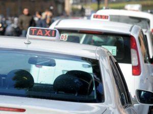 Tassisti in rivolta contro Uber: lo sciopero arriva anche a Napoli