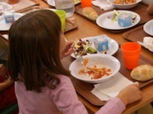 Vergogna refezione scolastica, a Napoli è aumentata e non è nemmeno partita: bimbi digiuni