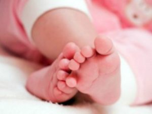Sarno, la bimba nasce morta: il padre picchia il medico e sfascia l'ospedale