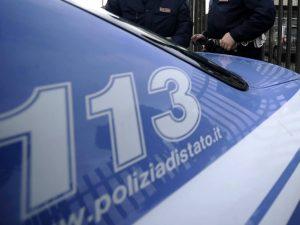 Afragola, poliziotti arrestano rapinatore e il quartiere si ribella: sei agenti feriti