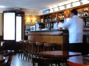 Entra in un bar e sorprende la madre con l'amante: rissa sulla Circumvallazione