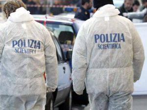 Forcella, cadavere di una giovane donna trovato avvolto in un tappeto buttato in strada