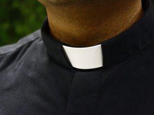 Napoli, festini gay tra preti e giovani a pagamento: 20-30 euro ad incontro