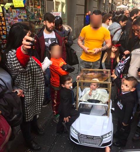 A Bambino Napoli Sul Web Il Da Spopola Papa Francesco Vestito Carnevale dqtCwFq