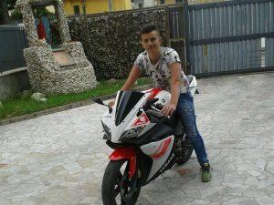 Una rosa bianca sul banco di scuola per Alessio Granata, morto a 16 anni in un incidente