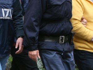 Salerno, molesta una minorenne su un autobus: arrestato macedone di 33 anni
