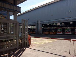Autobus fermi nel deposito di piazza Carlo III