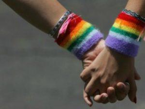Aggressione omofoba a Scampia: 36enne colpito alla testa con una bottiglia