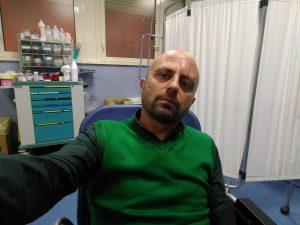 Luca Abete aggredito a Caserta da venditori ambulanti: l'inviato di Striscia finisce in ospedale