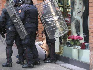 Manifestante durante la protesta anti–Salvini a Napoli / Cantile– Lapresse