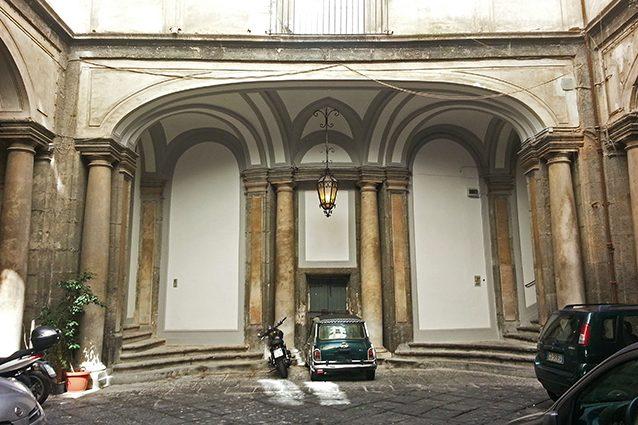 Cortile del Palazzo di Sangro a piazza San Domenico (Wikipedia).