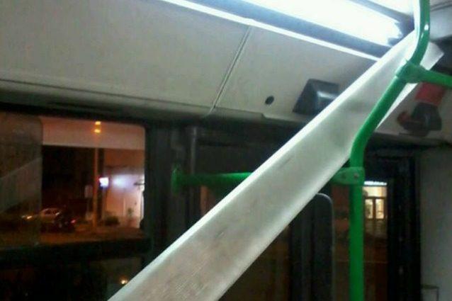 Napoli, la plafoniera di un autobus si stacca e colpisce un passeggero