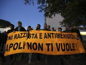 """Salvini a Napoli, cancelli chiusi agli organizzatori. Il leghista: """"Comandano i centri sociali"""""""