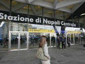 Stazione Centrale di Napoli, sgomberate le bancarelle abusive in piazza Garibaldi