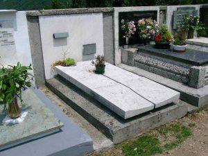 A Napoli si vendono anche le tombe: sulle lapidi i nomi dei morti del clan