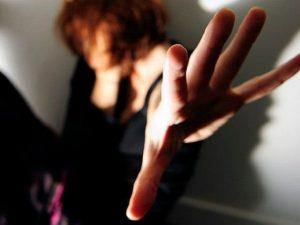 27enne molestata e rapinata sotto casa: in manette due 33enni