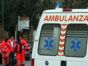 Incendi in Campania, a Giugliano la prima vittima: cade dal tetto per sfuggire alle fiamme