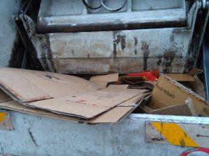 Rubare i cartoni dai cassonetti? Si guadagnano fino a 400 euro al giorno
