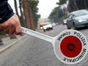 Non si ferma all'alt e travolge la volante di polizia: blocc