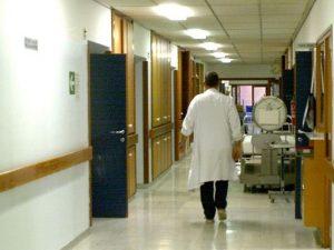 Al Cardarelli mancano gli inservienti: pazienti costretti a rifarsi i letti da soli