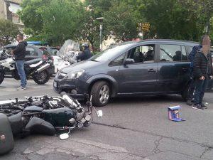 Niente semafori a piazza Poderico, ennesimo incidente: si scontrano auto e moto