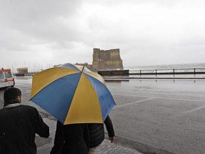 Pioggia e vento a Napoli (LaPresse).