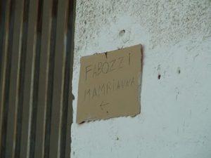 Cartello indica la casa dell'assassino di Fortuna: turismo dell'orrore o intimidazione?