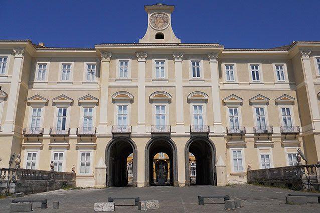 Esterno della Reggia di Portici (Wikipedia).