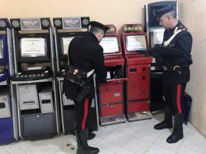 Sala slot abusiva nella cantina di un negozio scoperta a Pozzuoli