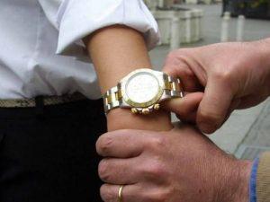 Turista picchiato e rapinato dell'orologio al centro storico: un arresto