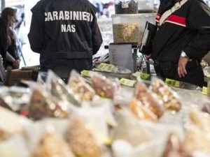 Giugliano, alimenti conservati in pessimo stato: chiuso un noto supermercato