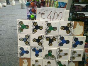 A Napoli spopola il fidget spinner: lo vendono edicole e bancarelle