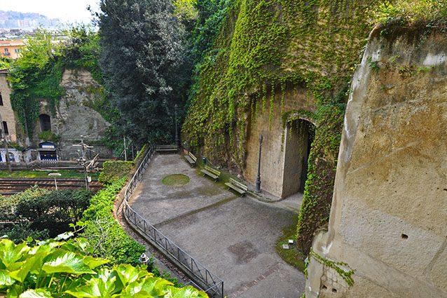 Ingresso al Parco Vergiliano di Piedigrotta (Wikipedia).