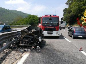 Baiano, l'auto prende fuoco in autostrada: paura per un'intera famiglia