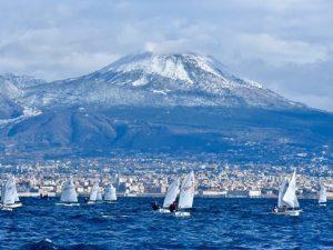 Napoli, nave della Marina urta una barca a vela durante una regata: un ferito