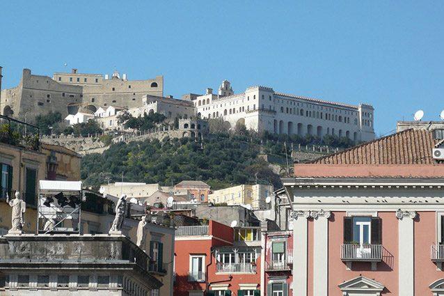 Certosa di San Martino vista dal centro storico di Napoli (Wikipedia).