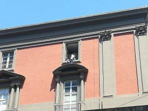 Il lavoratore sul cornicione del Museo Nazionale di Napoli (Foto: Facebook/Ex Opg Occuapto)