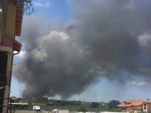 L'alta colonna di fumo generata dall'incendio