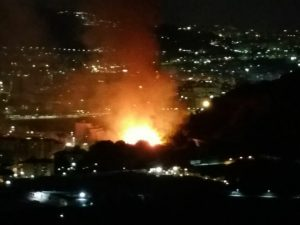 """Fuorigrotta: incendio in via Caravaggio, fiamme fino a via Manzoni. """"Soccorsi in ritardo"""""""