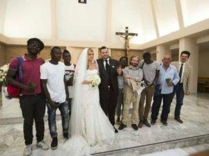 Gli sposi invitano i migranti alle nozze: matrimonio antirazzista a Napoli