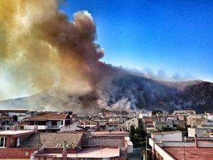 L'incendio di Modragone sul monte Petrino (foto Sergio Nazzaro da Facebook)
