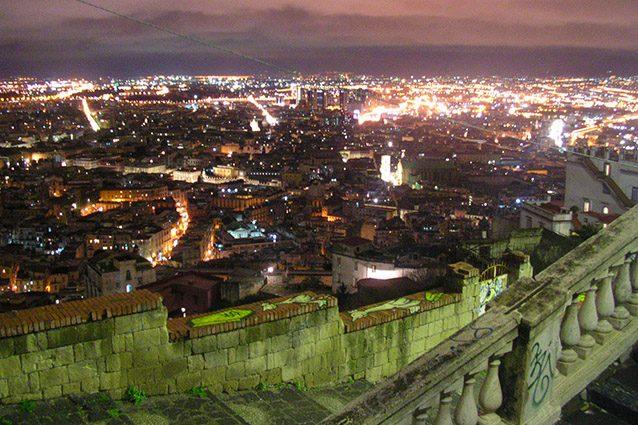Panorama di Napoli di notte dalla certosa di San Martino.