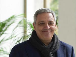 """Insulti razzisti contro lo scrittore Maurizio De Giovanni: """"Abiti a Napoli, coleroso di merda"""""""
