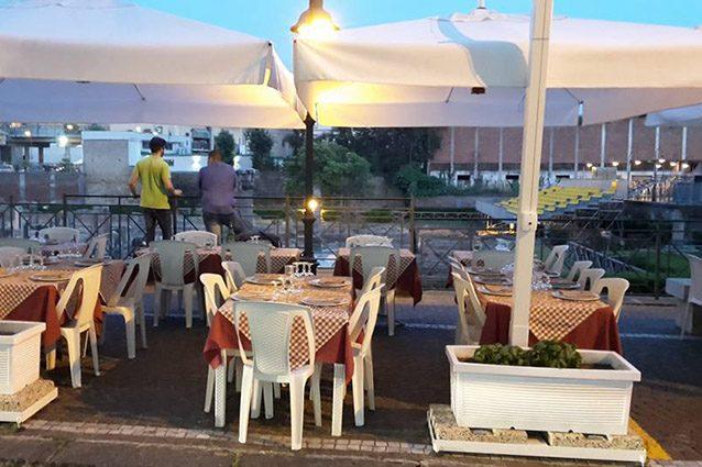 Tavoli all'aperto di Skizzi di mare a Pozzuoli (Facebook).