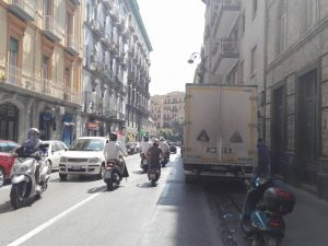 Il degrado di corso Vittorio Emanuele, sosta selvaggia e strada dissestata