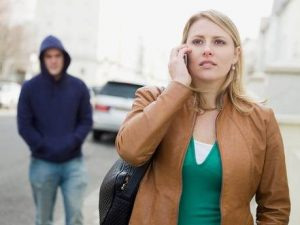 Angri, 18enne lasciato dalla fidanzata minaccia il suicidio, poi diventa il suo stalker