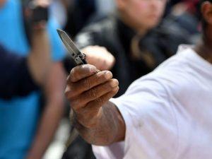 Panico in piazza del Gesù, uomo minaccia passanti col coltello: arrestato dai militari