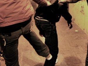 Paura a Nola, 29enne aggredisce i passanti con una sedia: arrestato