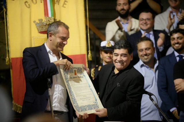 Maradona è cittadino onorario di Napoli: Diego voleva disertare la cerimonia in Municipio
