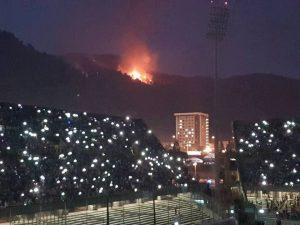 Salerno, in fiamme le colline dietro lo stadio: all'Arechi c'è il concerto di Tiziano Ferro